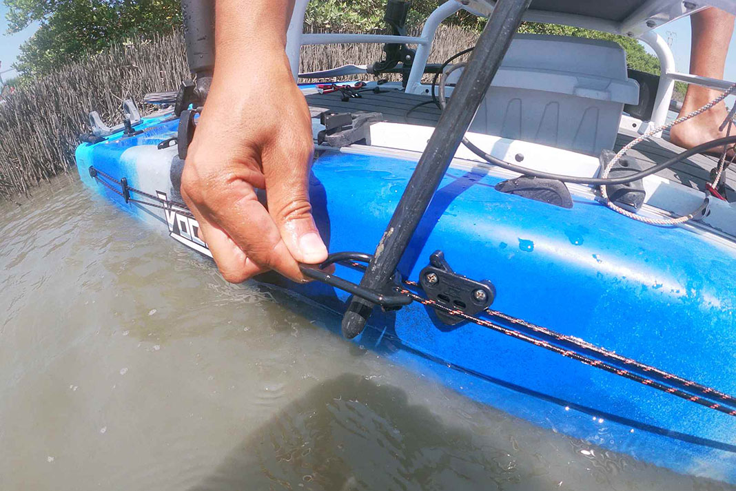 clipping the paracord to the kayak using a carabiner
